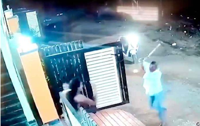 Hombre ataca con un hacha a mujer