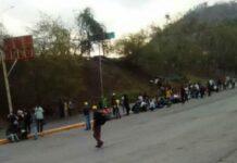 Habitantes de Las Trincheras caminan 14 kilómetros