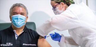 Iván Duque se vacuna