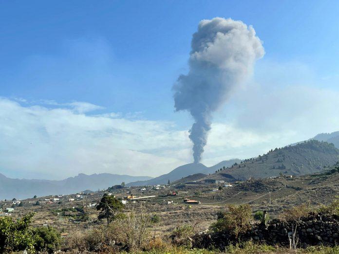 volcán Canarias vuelve ceniza