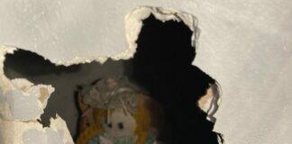 muñeca escondida entre las paredes