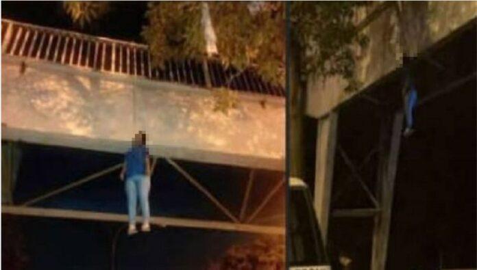 mujer colgada en una pasarela