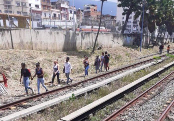 Usuarios caminaron por los rieles del metro
