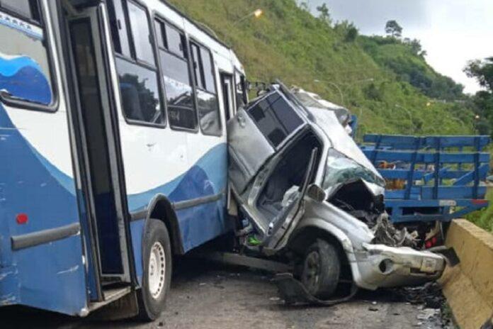choque entre autobús y camión en Tazón