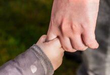 Niña de tres años soltó la mano de su hermano y la arrolló un camión